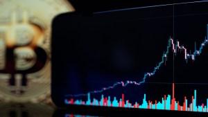 El bitcoin bate su récord en cinco meses y supera los 60 mil dólares
