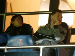 VIRAL: Con qué pillaron a Messi en las tribunas del PSG tras regresar de las eliminatorias (VIDEO)