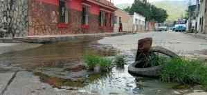 En Las Brisas de Carabobo viven sometidos por la desidia chavista: Sin luz e inundados por aguas negras